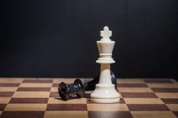 Piezas de ajedrez sobre un tablero de ajedrez.