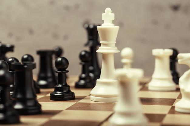 Piezas de ajedrez en el tablero en desenfoque enfoque selectivo