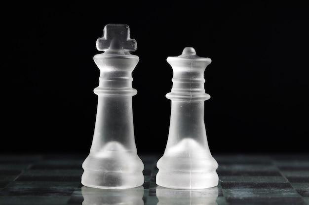 Piezas de ajedrez transparentes en tablero