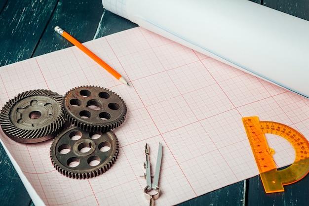 Piezas de automóviles en papel cuadriculado de cerca. concepto de ingeniería