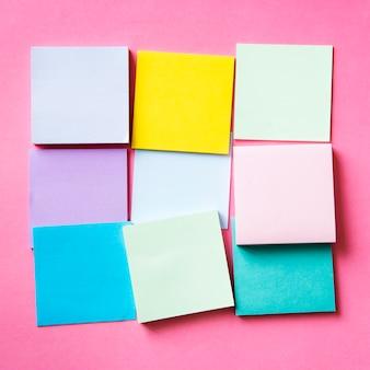 Piezas en blanco de tarjetas de colores