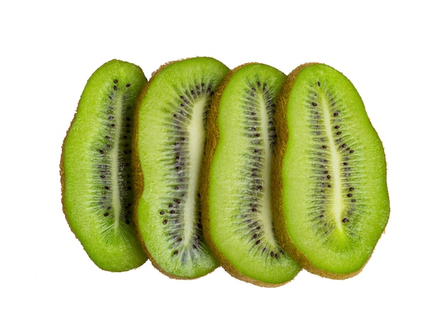 Piezas frescas de fruta de kiwi aisladas en blanco