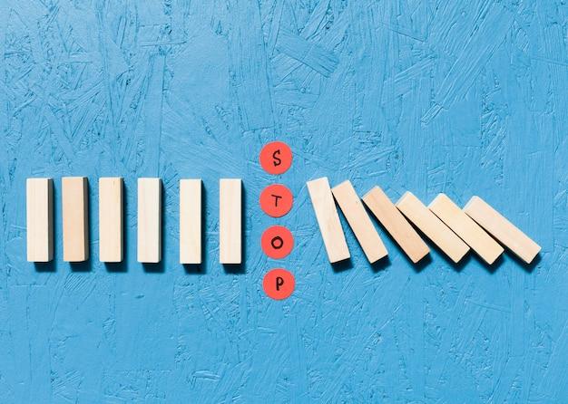 Piezas de madera caidas y concepto de puntos rojos