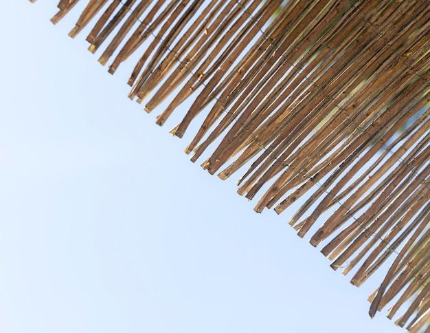 Piezas de madera y fondo de cielo azul