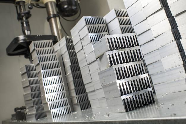 Piezas metálicas de aluminio cortadas sobre la mesa