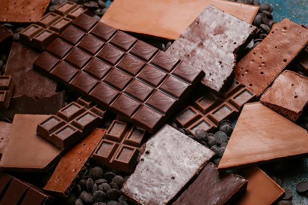 Piezas oscuras, blancas y de chocolate con leche. vista superior