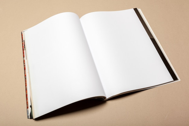 Piezas de papel en blanco para simulacro sobre un fondo beige