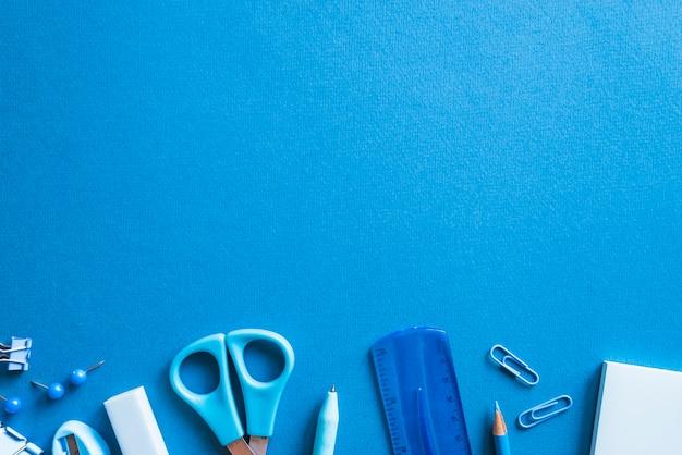 Piezas de papelería azul imprescindible.