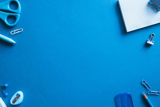 Piezas de papelería azul.