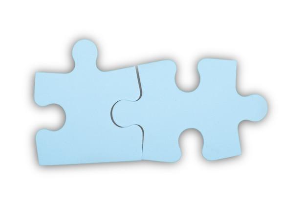 Piezas de un rompecabezas azul sobre fondo gris