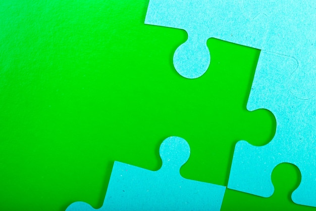 Piezas de un rompecabezas azul sobre verde