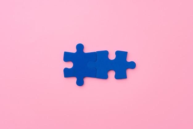 Piezas de un rompecabezas azul en la vista superior de fondo de papel