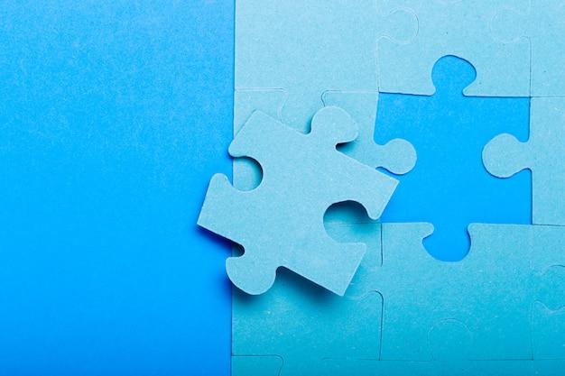 Piezas de un rompecabezas azul