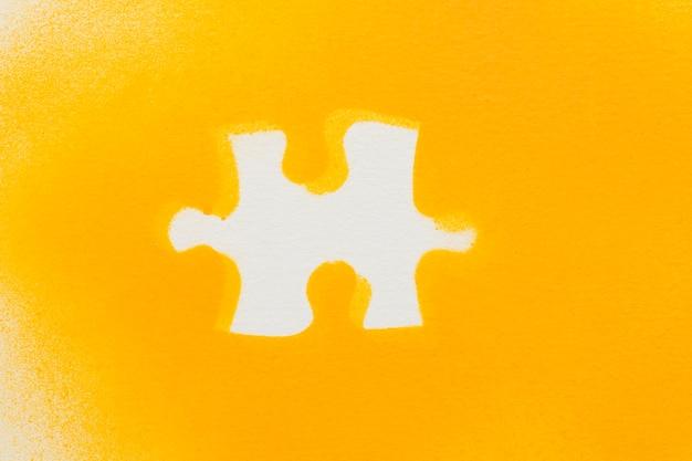 Piezas de rompecabezas blanco sobre fondo amarillo