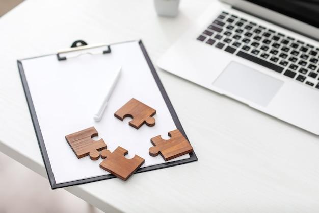 Piezas de rompecabezas en la mesa de la oficina