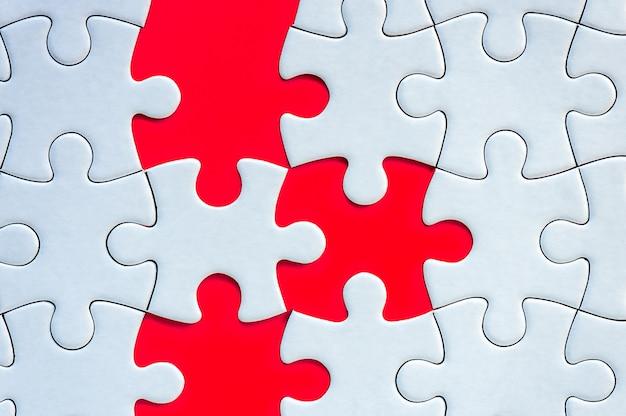 Piezas del rompecabezas sobre fondo rojo
