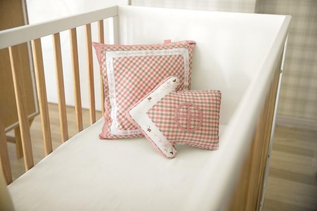 Pila de almohadas divertidas decorativas coloridas aisladas