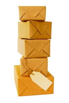 Pila alta de paquetes de papel marrón con etiqueta