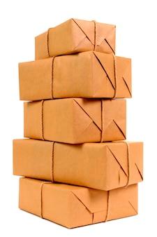 Pila alta de paquetes de papel marrón