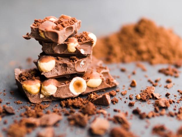 Pila de barras de chocolate y cacao en polvo.