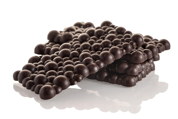 Pila de barras de chocolate negro crudo sobre un fondo blanco. aislar.