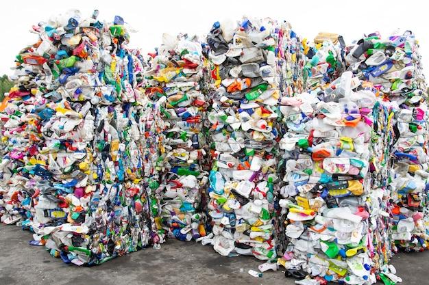 Una pila de botellas de plástico extruidas en una planta de recolección de basura