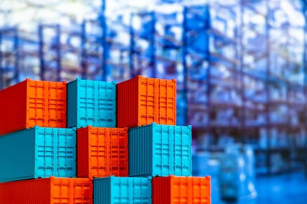 Pila de caja de contenedores azul y rojo, buque de carga para logística de importación y exportación, conjunto de contenedores de carga de envío, envío de la empresa y buque de carga de contenedores de logística comercial global.