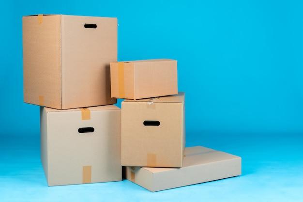 Pila de cajas de cartón en azul