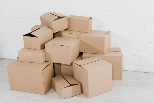 Pila de cajas de cartón en la habitación vacía.