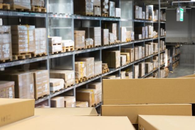 Pila de cajas de cartón en la industria de almacén inteligente logística.