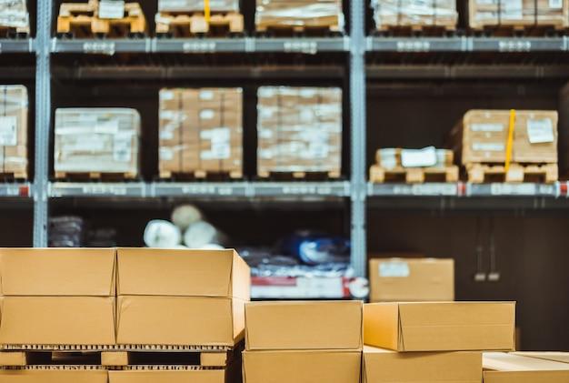 Pila de cajas de cartón en la industria logística de almacén inteligente.
