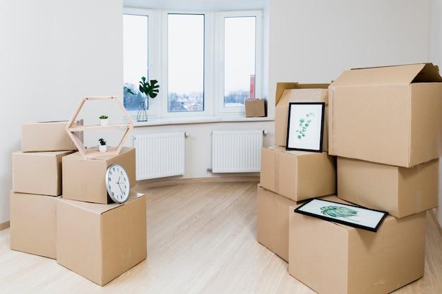 Pila de cajas de cartón en movimiento en el nuevo apartamento.