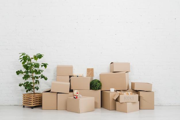 Pila de cajas de cartón en el piso en el apartamento vacío
