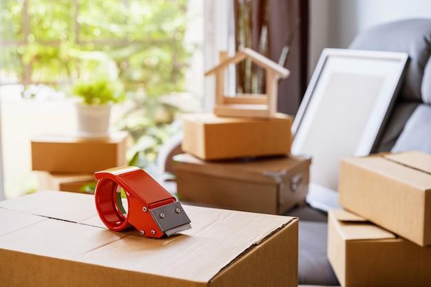 Pila de cajas de cartón en la sala de estar en casa nueva en día de mudanza