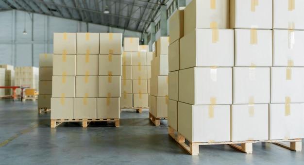 Pila de cajas de cartón sobre palets de madera.