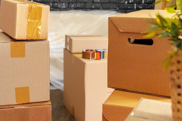 Pila de cajas y muebles embalados.