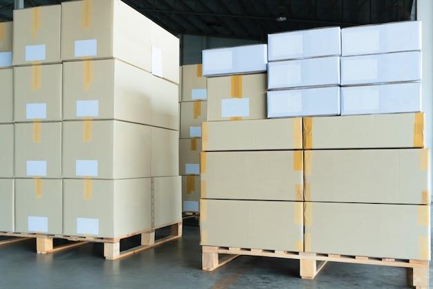 Pila de cajas de paquete en palet de madera
