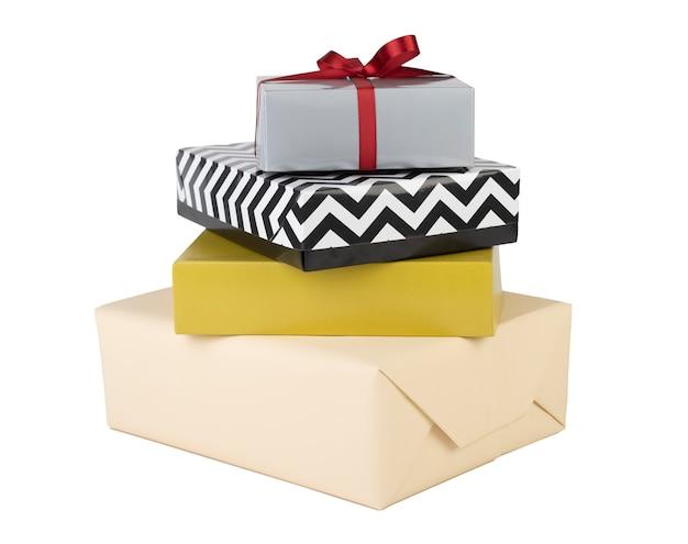 Pila de cajas de regalo aisladas sobre blanco.