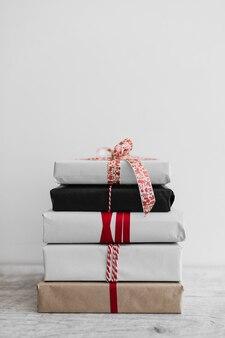 Pila de cajas de regalo diferentes
