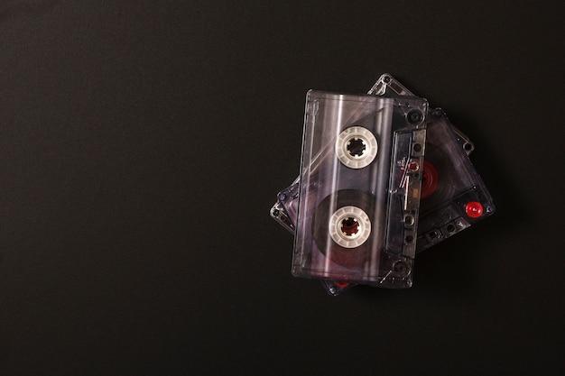 Pila de cassette transparente en la pizarra