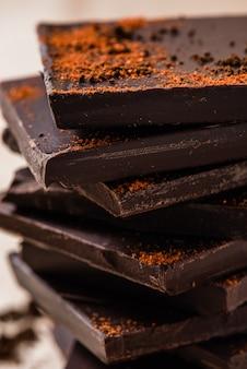 Pila de chocolate con chile en polvo
