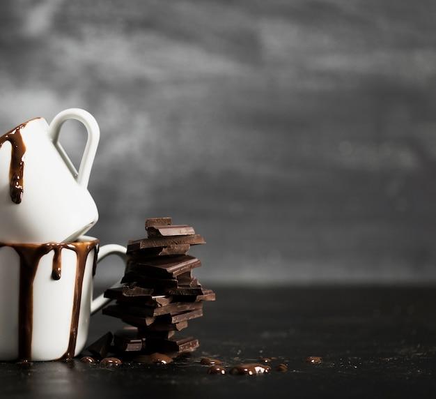 Pila de chocolate y tazas con espacio de copia