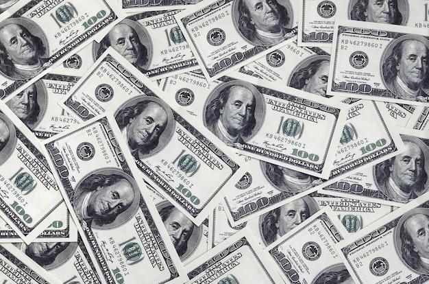 Una pila de cien billetes de banco estadounidenses con retratos del presidente