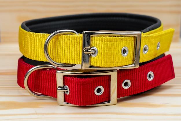 Pila de collares para mascotas para mascotas en madera