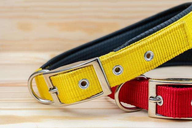 Pila de collares para mascotas para mascotas sobre fondo de madera