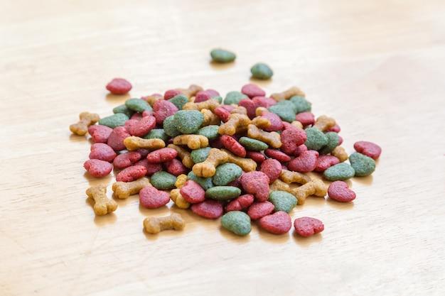 Pila de comida para perros seca en la mesa