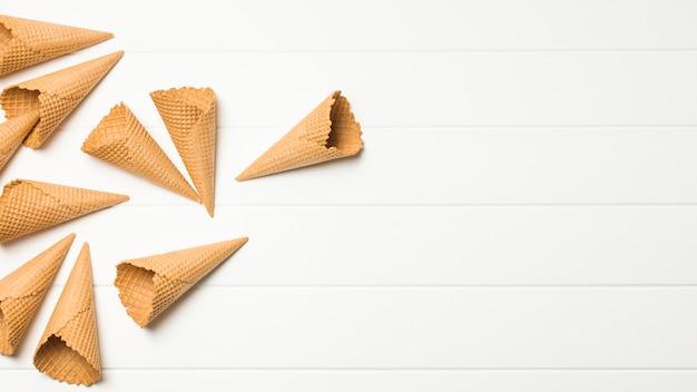 Pila de conos de gofres vacíos