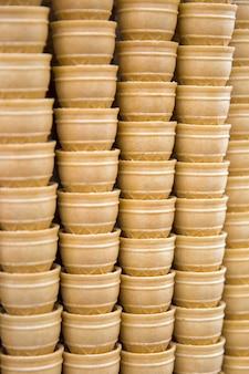 Pila de conos de helado gofres vacíos
