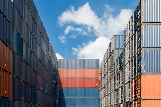 Pila de contenedores de carga en los muelles utilizados para la importación, exportación y logística de fondo