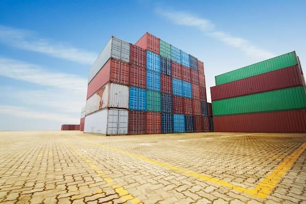 Pila de contenedores de carga en los muelles